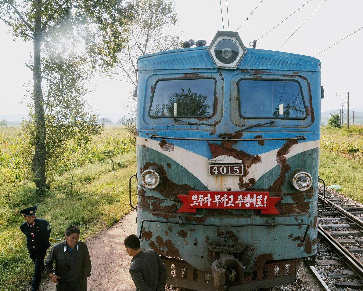 Uma locomotiva na linha que se aproxima de Rason.