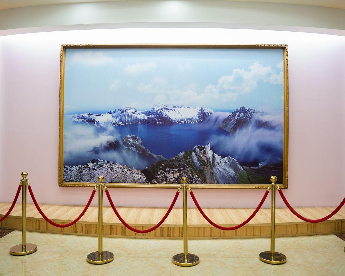 Um quadro enorme decora um edifício em Rason.