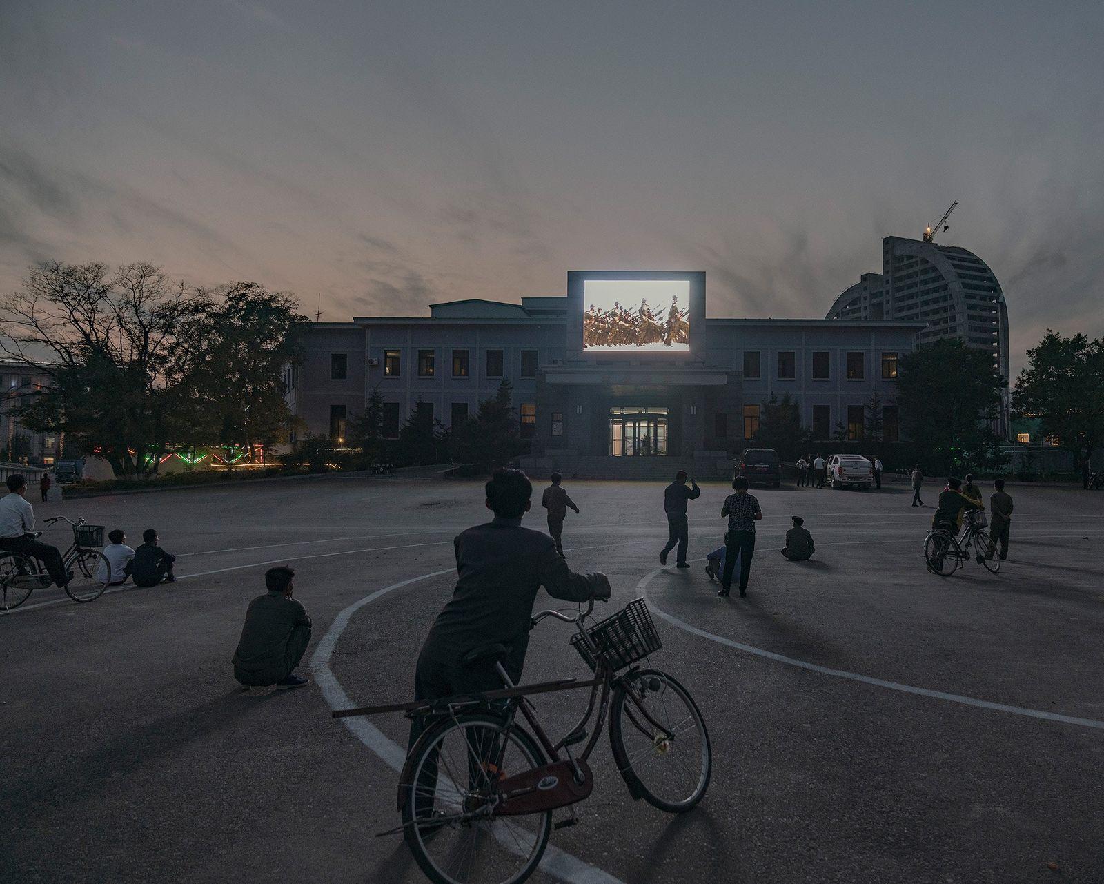 Um vídeo iluminando a praça central de Rason ao pôr-so-sol.