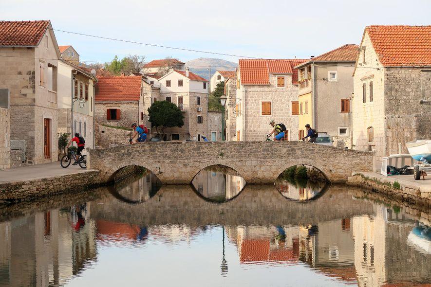 Aldeia de Vrboska na ilha croata de Hvar