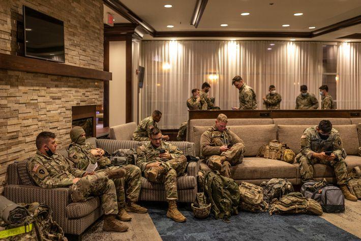 18 de janeiro de 2020: Membros da Guarda Nacional do Texas reúnem-se no átrio do hotel ...