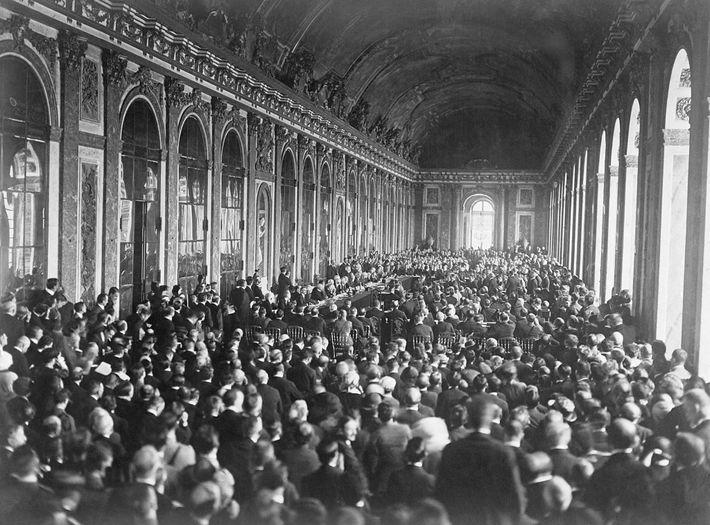 Líderes europeus assinam o tratado para terminar a Primeira Guerra Mundial, na Galeria dos Espelhos, no ...