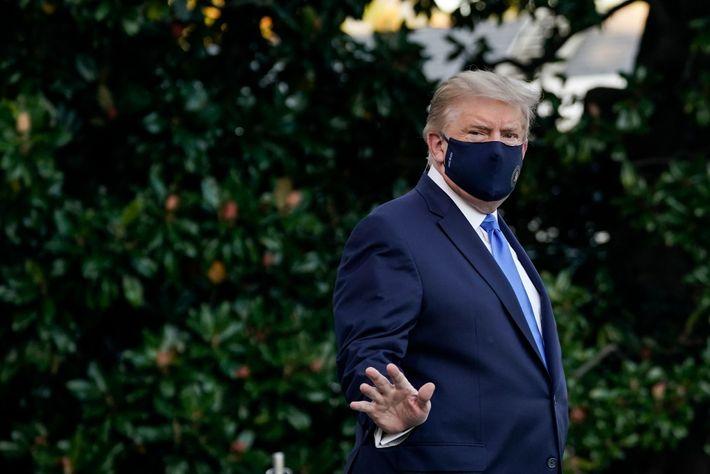 O presidente dos EUA Donald Trump, no Relvado Sul da Casa Branca no dia 2 de ...