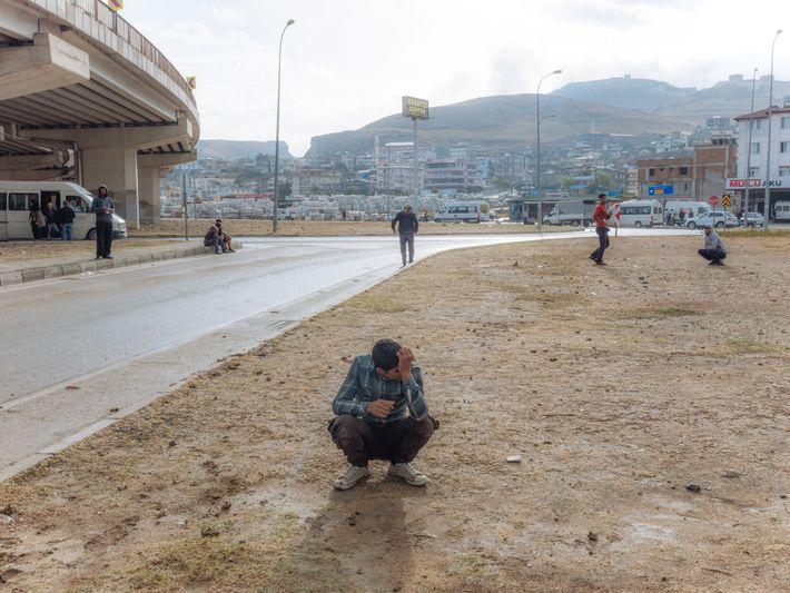 Responsabilidades de adultos nos ombros de uma criança: Khalil, 16 anos, aguarda na esperança de encontrar ...
