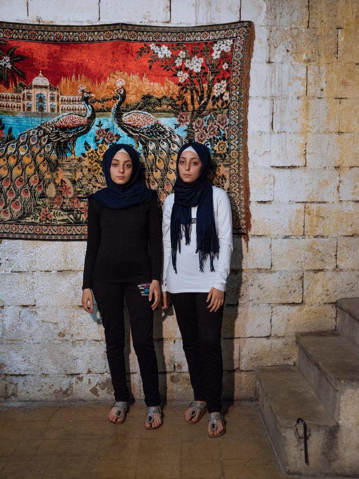 As gémeas de 14 anos de idade, Sidra (à esquerda) e Shahed, lembram-se das bombas lançadas ...