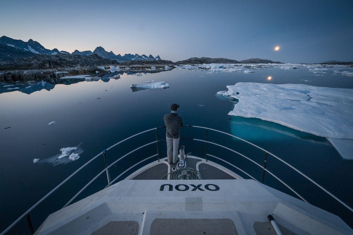 Libecki mantém-se vigilante enquanto o seu barco manobra em torno dos icebergues, no Mar da Gronelândia ...
