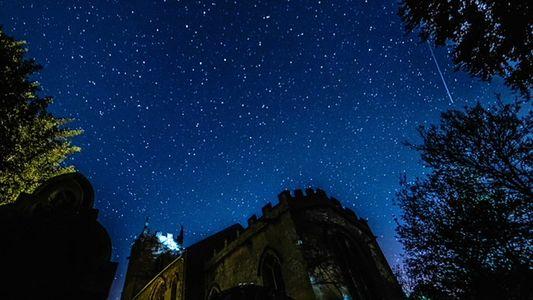 Meteoros do Cometa Halley Rasgam os Céus Sobre uma Igreja Medieval