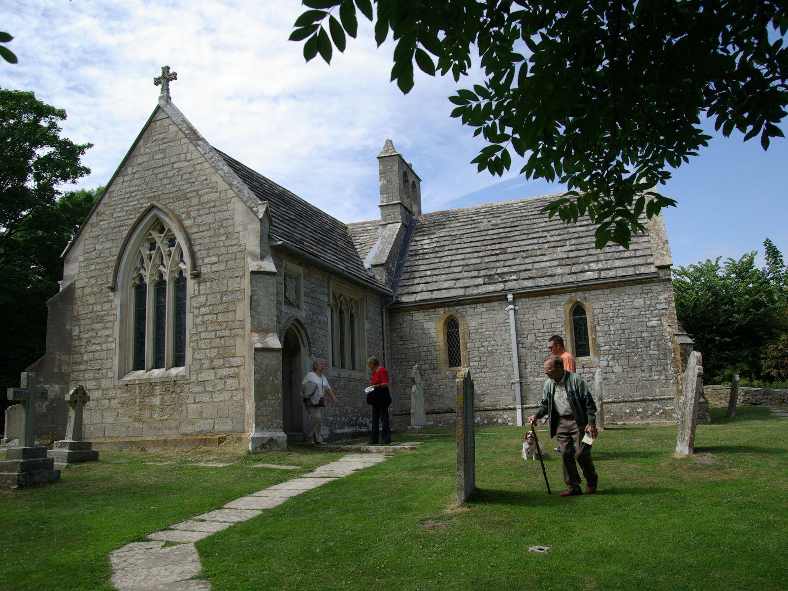 Igreja e cemitério de Tylenham, com visitas de turistas.