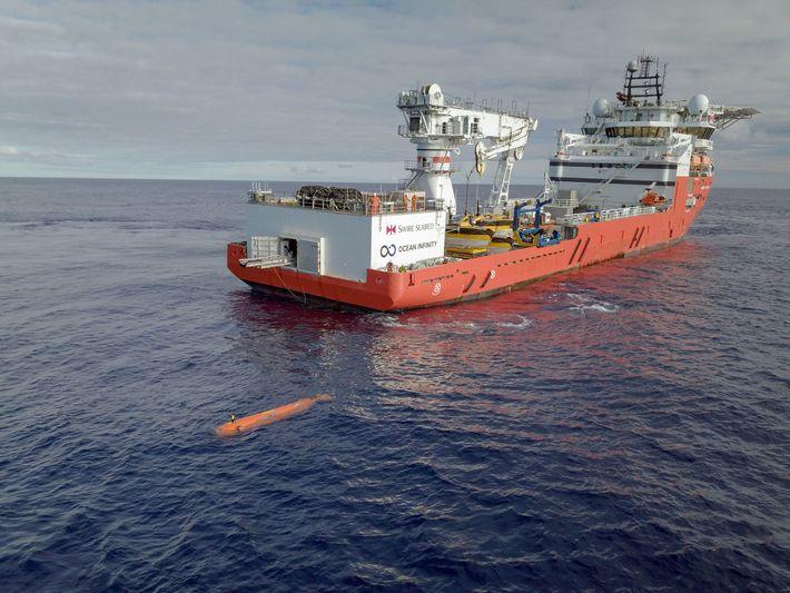 Um veículo autónomo subaquático (AUV) é lançado de um navio da Ocean Infinity. O AUV foi ...