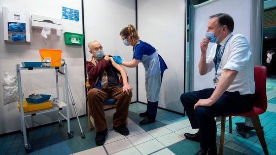Simon Stevens (à direita), chefe-executivo do Serviço Nacional de Saúde do Reino Unido, observa uma enfermeira ...