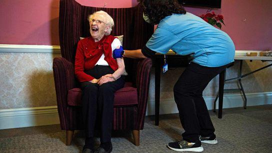 Ellen Prosser, de cem anos de idade, conhecida por Nell, recebe a vacina da Oxford-AstraZeneca na ...