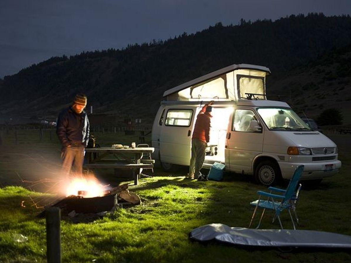 Fotografia de pessoas a acampar na sua carrinha.