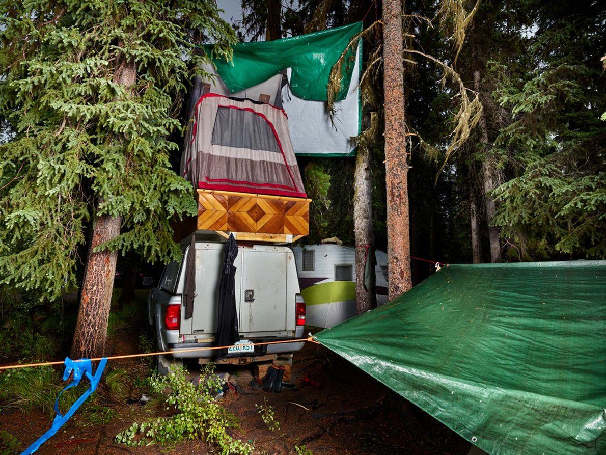 O acampamento de Nikolaus Zimmerman, construído em torno de uma carrinha, no Lago Tzensaicut, em Cariboo, ...