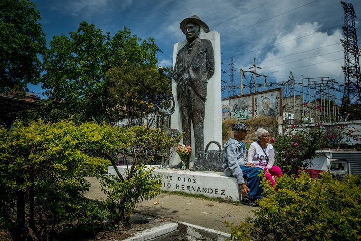 Pacientes prestam homenagem à grande estátua do Dr. José Gregorio Hernández