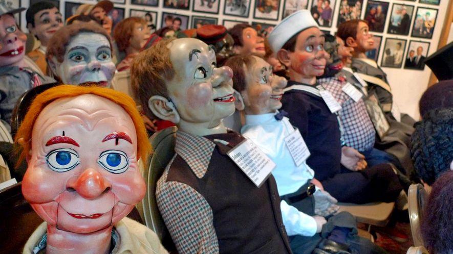 Bonecos de ventriloquismo sorridentes enchem filas de cadeiras no Museu Vent Haven em Kentucky.