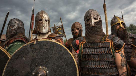 Atores usam armaduras em preparação para um combate corpo a corpo durante o Festival de Eslavos ...