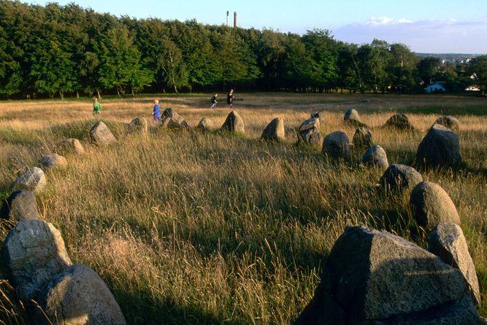 Os vestígios de cemitérios vikings, como este local com sepulturas em forma de barco perto de ...