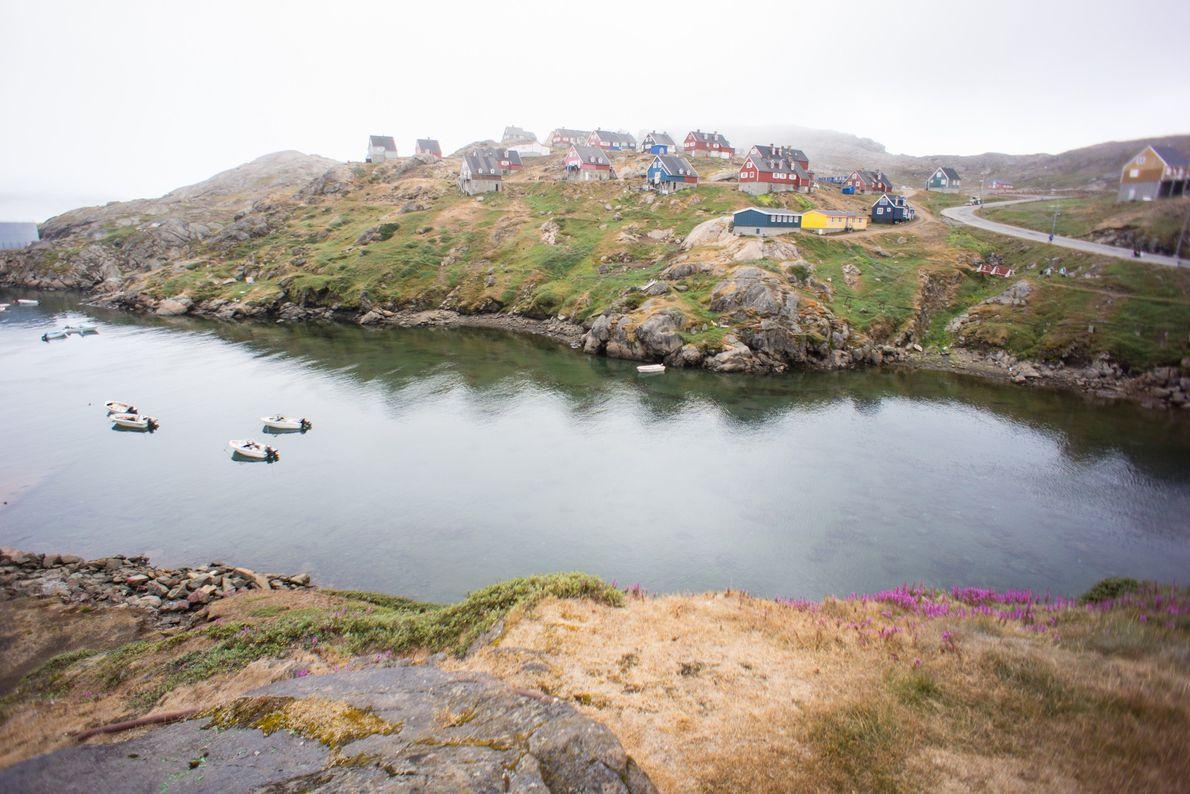 Casas coloridas, de inspiração escandinava, temperam a costa de uma comunidade no sudeste da Gronelândia.