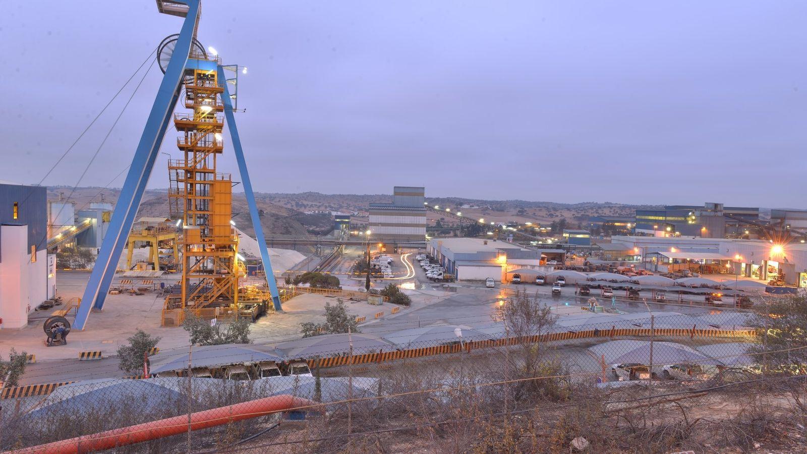 Vista panorâmica do complexo mineiro de Neves-Corvo com o poço de Santa Bárbara em destaque.