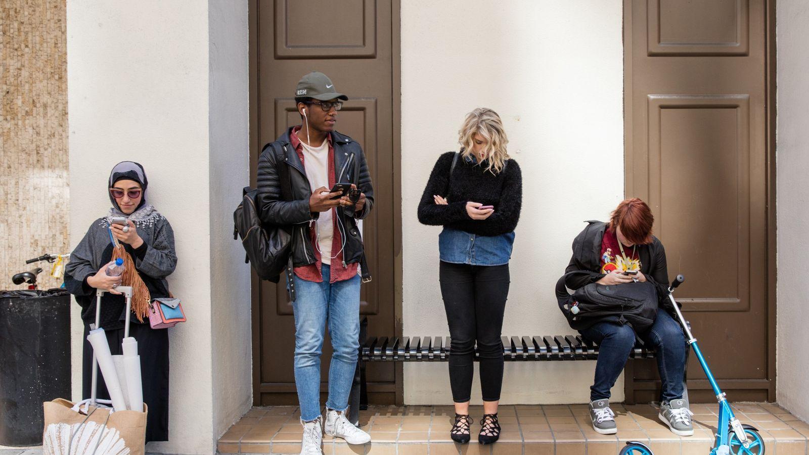 Estudantes aguardam em frente à Academia de Arte de São Francisco.