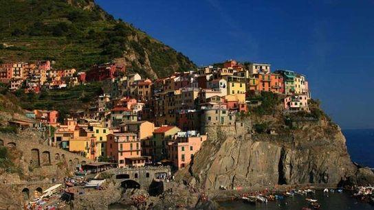 """Siga os caminhos através das """"cinco aldeias"""" da Cinque Terre italiana até lugarejos com edifícios com ..."""