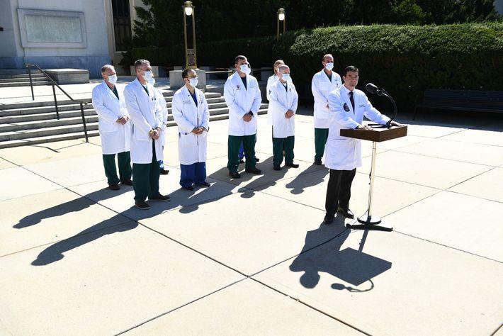 Sean Conley (à direita), médico da Casa Branca, faz uma atualização sobre a condição do presidente ...