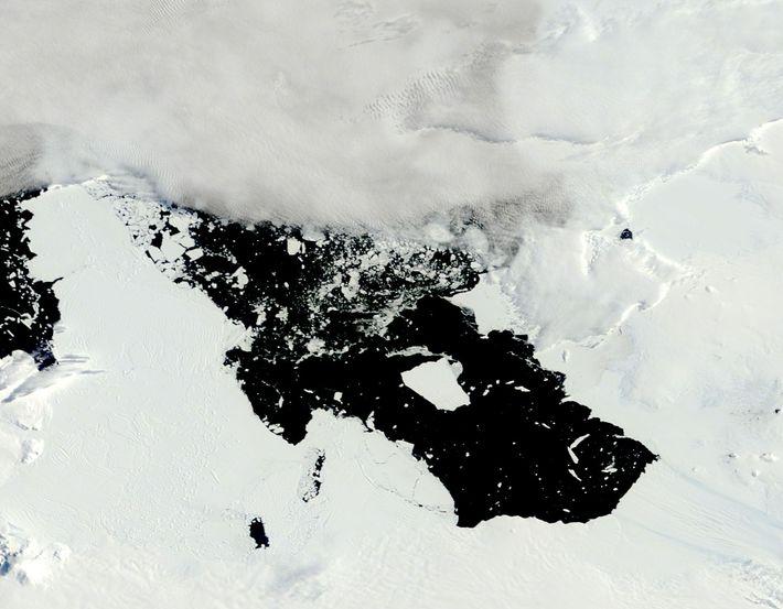 O Glaciar Pine Island, na Antártida Ocidental, está a recuar rapidamente. Em 2014, este icebergue, com ...