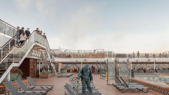 Em outubro de 2020, um funcionário com equipamento de proteção pulverizava desinfetante na zona da piscina ...