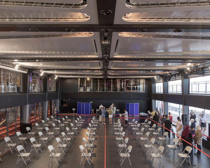 Um ginásio coberto no MSC Grandiosa foi convertido em clínica improvisada de testes para a COVID-19.