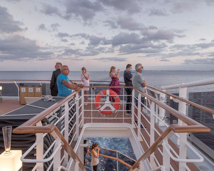 Passageiros do cruzeiro MSC Grandiosa desfrutam do pôr do sol durante uma viagem em outubro de ...