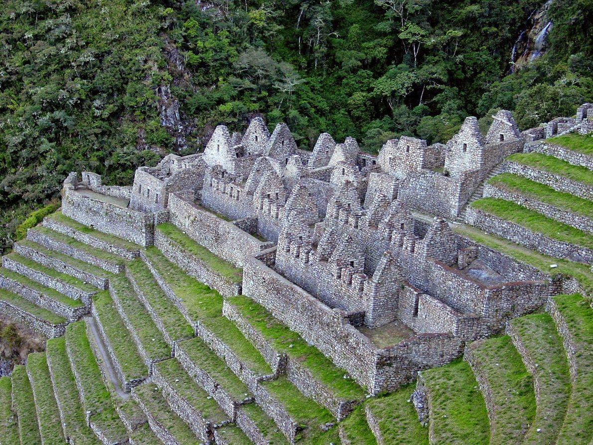 Aninhadas numa colina verde, com vista para o rio Urubamba, as ruínas incas Wiñay Wayna do ...