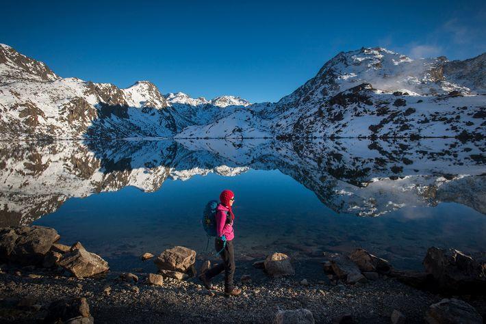 Quando viajamos sozinhas, como esta mulher a caminhar pelo lago Gosainkund, na região de Langtang do ...