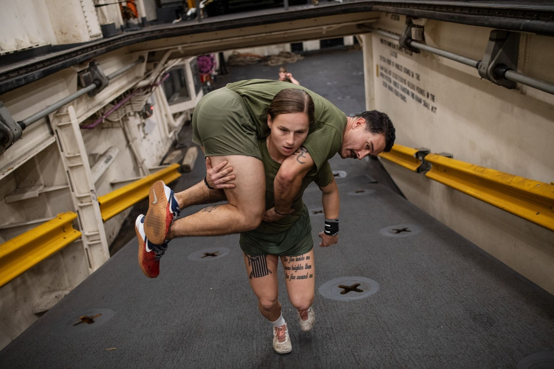 Os fuzileiros devem ser capazes de transportar outros caso seja necessário. Gabrielle Green, Cabo da Marinha ...