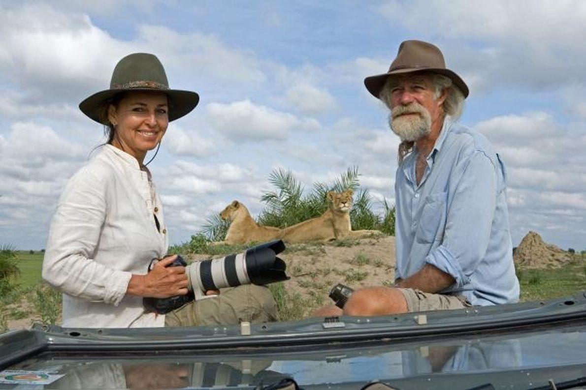 Beverly e Dereck Joubert posam para a objetiva nas planícies de Duba.