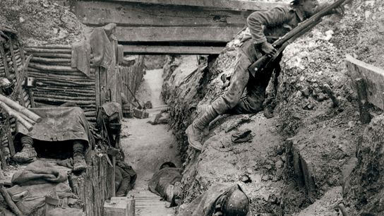 A guerra de trincheiras foi fundamental no teatro europeu da Primeira Guerra Mundial. Nesta imagem, soldados ...