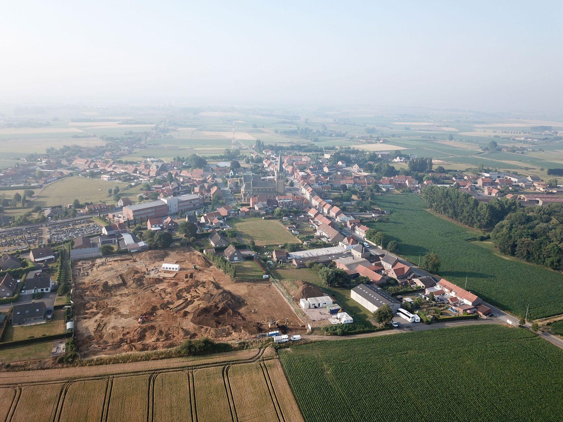Uma vista aérea do local de escavação Dig Hill 80, com a cidade de Wijtschate em ...
