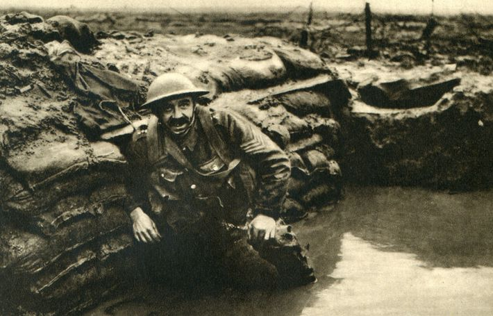 Um soldado britânico numa trincheira alagada, na Bélgica. A arqueologia está a revelar os esforços que ...