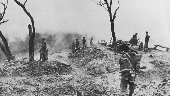 Tropas aliadas reagrupam-se depois de uma batalha contra as forças japonesas, perto de Imphal, capital do ...