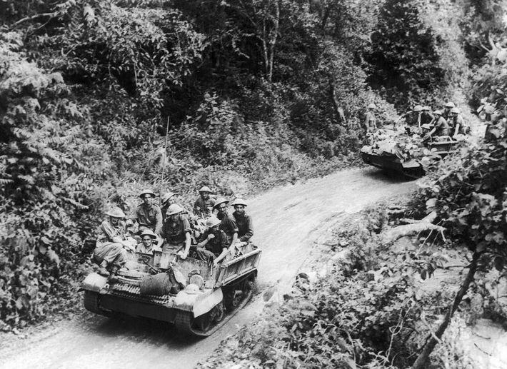 Tropas britânicas avançam para libertar a estrada Imphal-Kohima, uma artéria crucial no nordeste da Índia, em ...