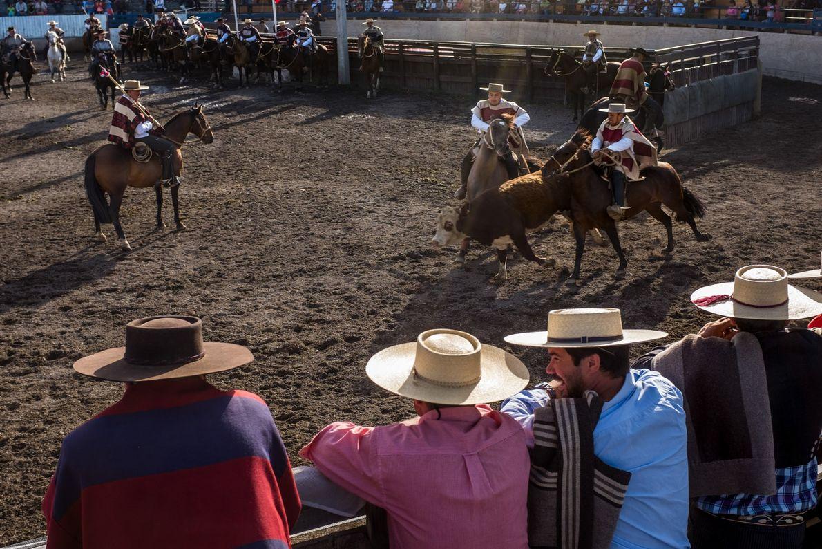 Os habitantes locais desfrutam de um rodeio, na feira rural, nos arredores da cidade de Coyhaique.
