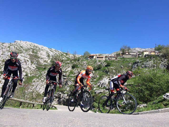 Ciclistas sobem à aldeia de Sotres numa secção panorâmica da montanha durante a prova de estrada ...
