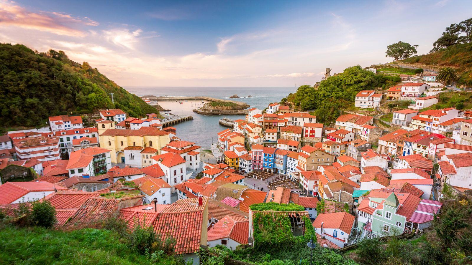 Conhecida pelas suas casas pintadas de cores vivas acima de uma marina cintilante, crê-se que a ...