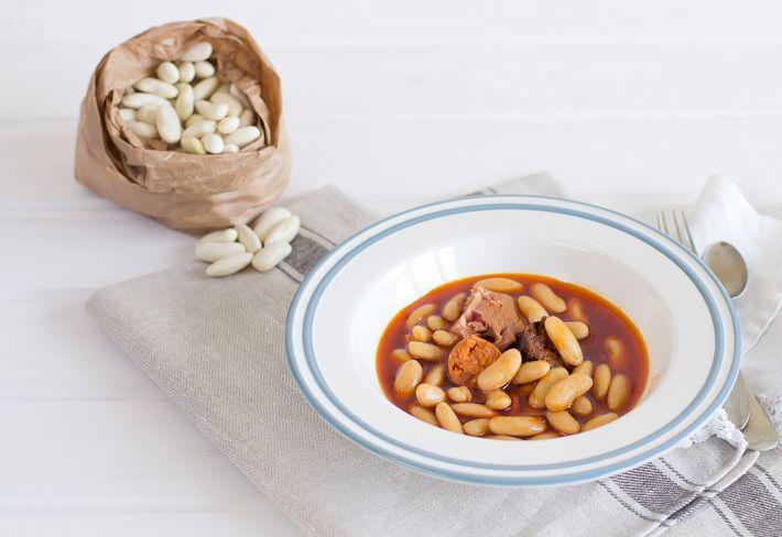 A fabada asturiana é o prato típico da região, um guisado rústico de feijão branco e ...