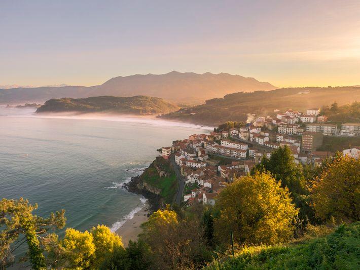 Com vista para a Baía de Biscaia, Llastres (Lastres) epitomiza as cidades costeiras das Astúrias, com ...