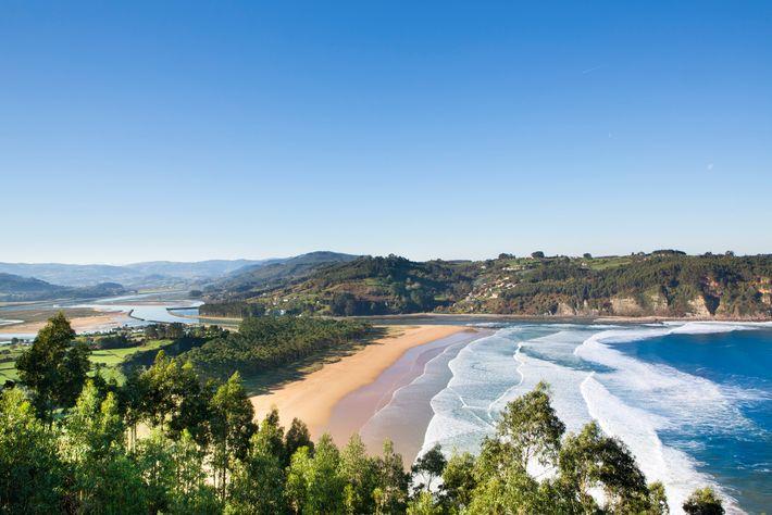 A costa asturiana estende-se por cerca de 400 quilómetros e conta com cerca de 200 praias, incluindo ...