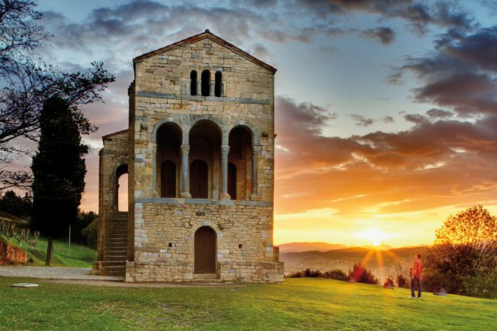 Construída na encosta de uma montanha pelo Rei Ramiro I no século IX, Santa María del ...