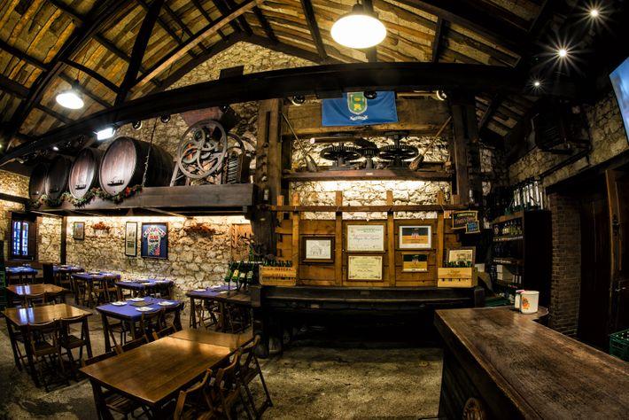 As sidrerías são instituições asturianas clássicas, onde a sidra natural é servida de acordo com a ...