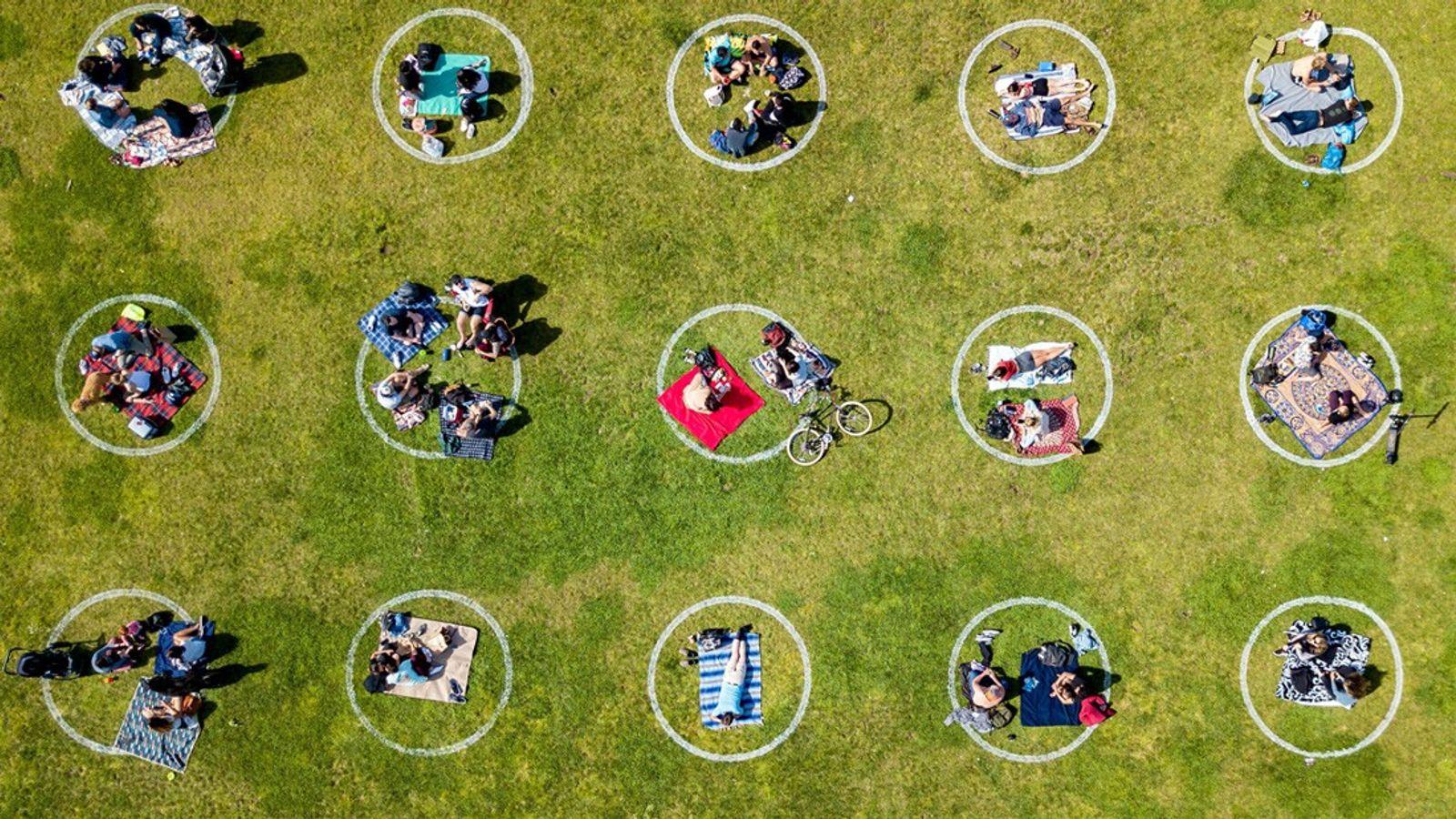 Crianças e famílias praticam o distanciamento social de forma criativa no Parque Dolores, em São Francisco, ...