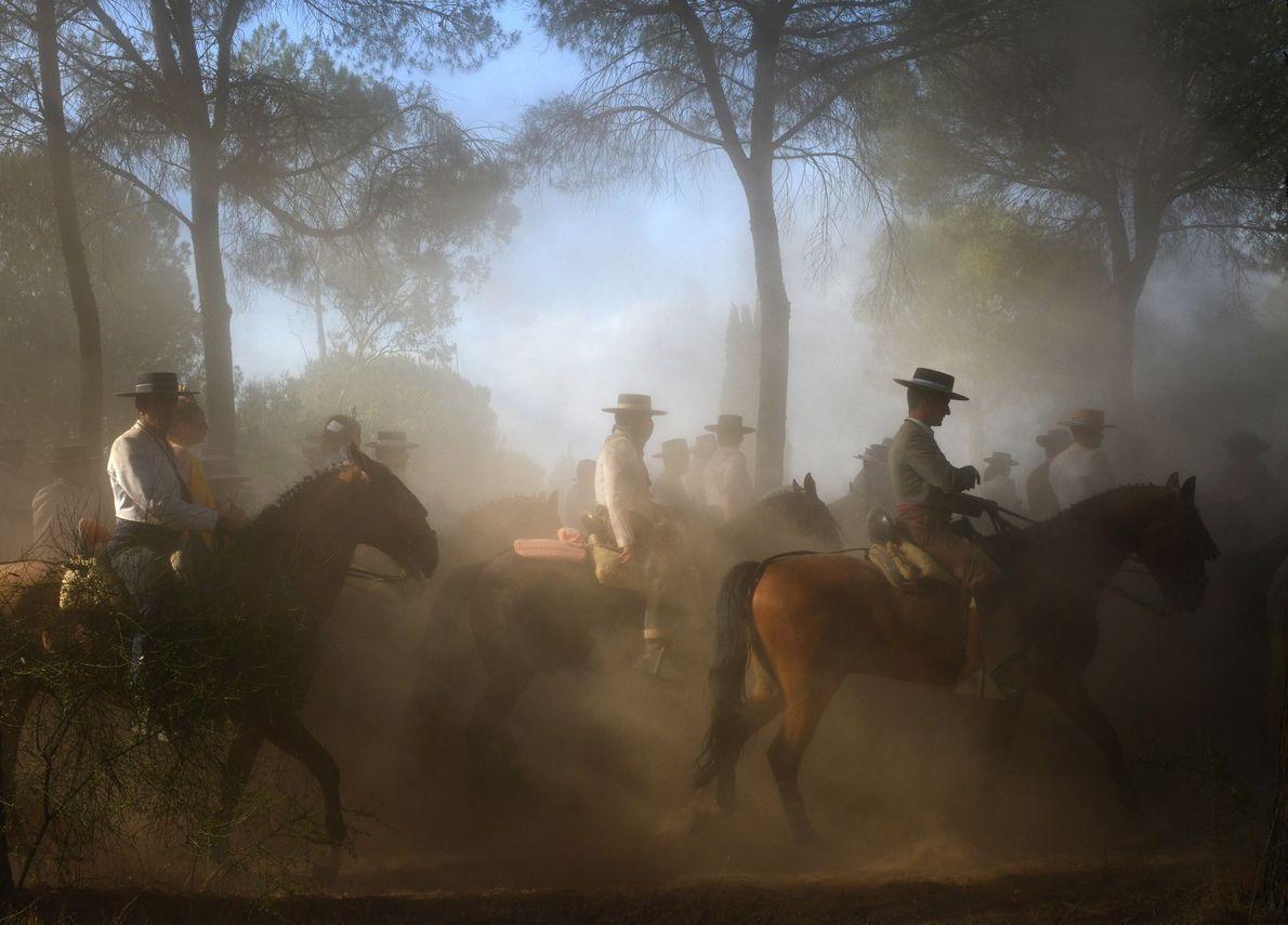 EL ROCÍO, ANDALUZIA – Durante a peregrinação de El Rocío, centenas de milhares de pessoas com …
