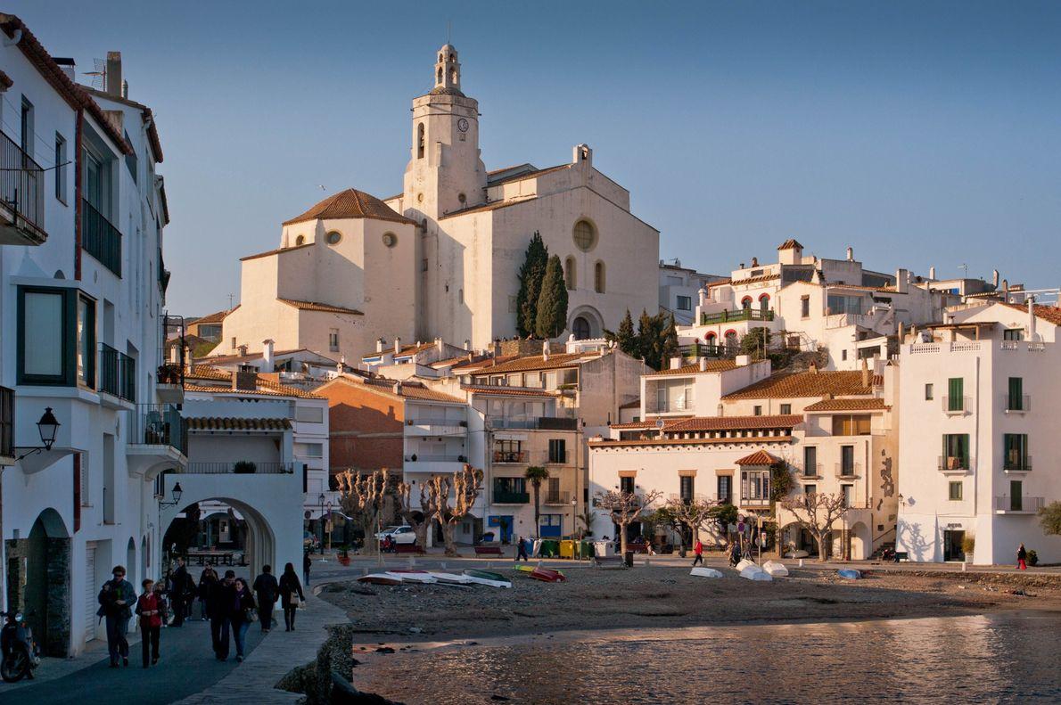 CADAQUÉS, GIRONA – Cadaqués, um município costeiro caiado de branco, fica na Costa Brava, ao longo …